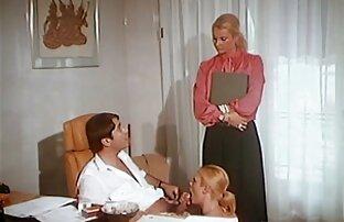 Verzweifelte junge Frau spielt mit Gurken vom Ladentisch mit erhobenem Rock, reife geile frauen sex und der Mann ging in die Photenzone