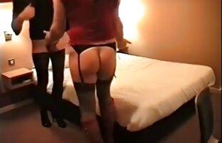 Frau liegt in Dessous auf dem schöne reife geile frauen Bett und im Mund Huhn und ein Mitglied ihres Mannes,