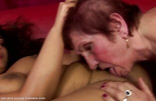 Sie steckte ihren Finger in ihre Muschi reife porntube und fing an, mit der Klitoris zu spielen, was das Geräusch von Champing macht
