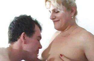 Kaue ihre sexkontakte zu älteren frauen Zunge im Arsch, spreize ihren Arsch mit zwei Händen beim Casting
