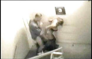 Eine Frau im Bademantel, auch der reife scharfe frauen Neffe, der ihn besuchte und zu ihm für das Mitglied dieses Spiels kroch