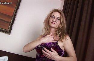 Blonde zerrissene Strumpfhose zwischen den Beinen und reife frau für sex saß mit dem nassen Loch in der Hand maskierte Sklavenkurven