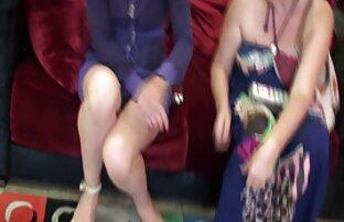 Gefährliche Frau Chef machen Kleidung im Theater ältere frauen beim sex und lecken zwischen ihren Beinen auf dem Tisch liegen, lange Beine